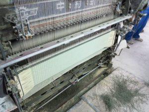 ③専用の機械で製織し